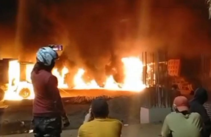 Indonesian protesters burned down factory demanding wage increases