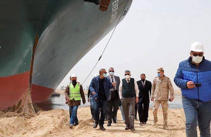 Голландская компания Boskalis планирует снять с мели судно в Суэцком канале в понедельник